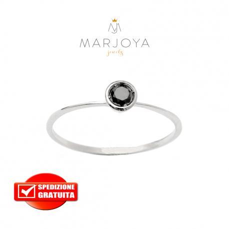 Anello solitario in oro bianco 18 kt con diamante nero taglio brillante da ct. 0,17